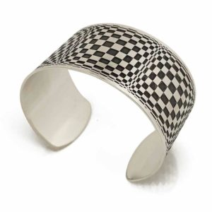 silver cuff with opart design lateral