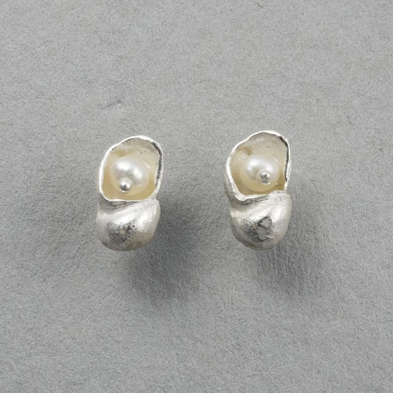 Tiny silver shell earrings with pearls web