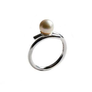 Katerina Damlos Silhouette cocktail ring with white pearl